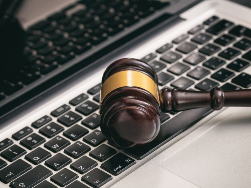 auction-or-judge-gavel-on-a-laptop-PE4QK6L (1)