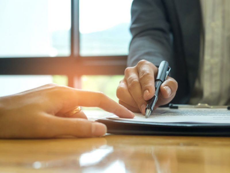 business-concept-signing-a-business-contract-busin-PGWLHBQ (1)